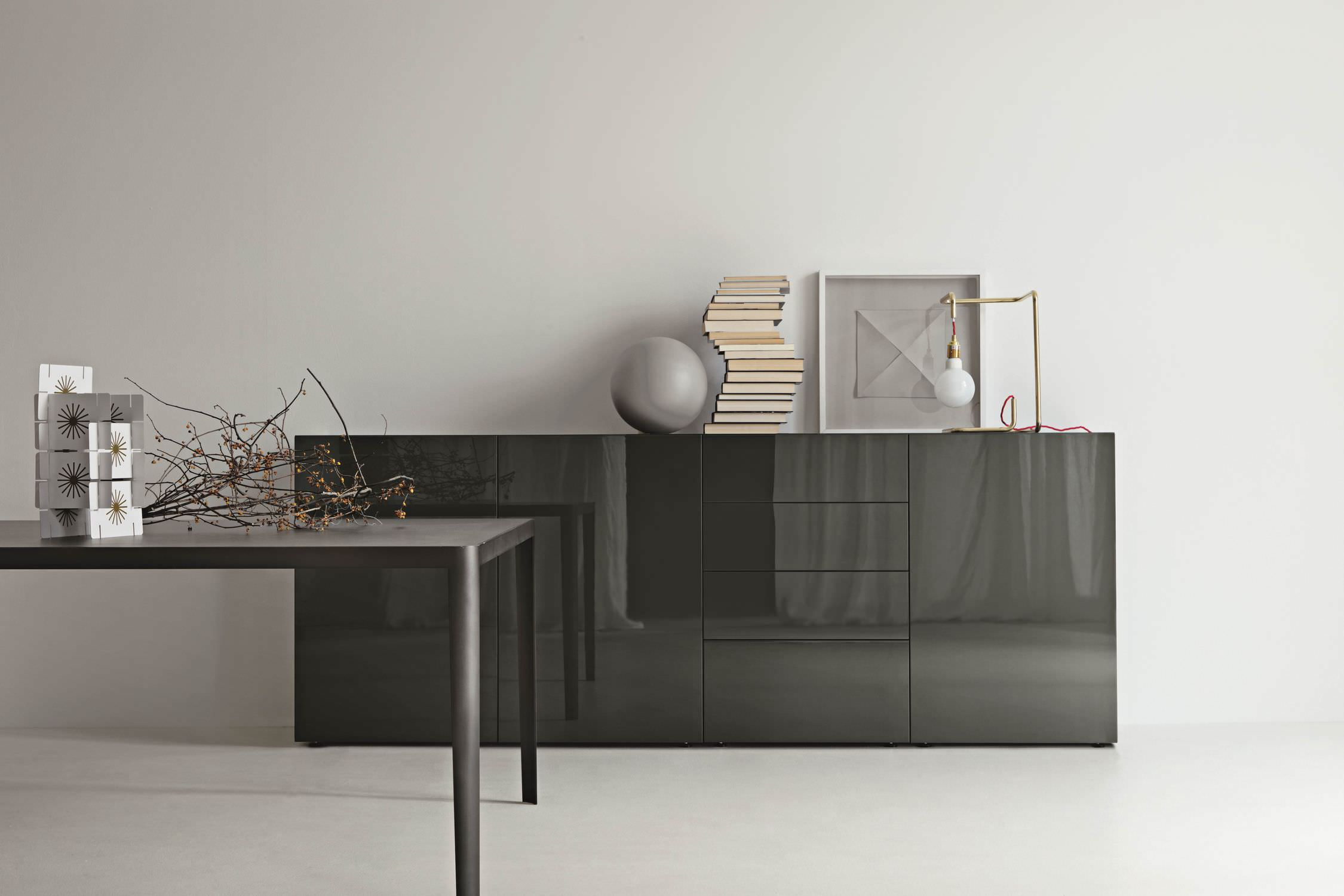 Contemporary living room wall unit by Piero Lissoni
